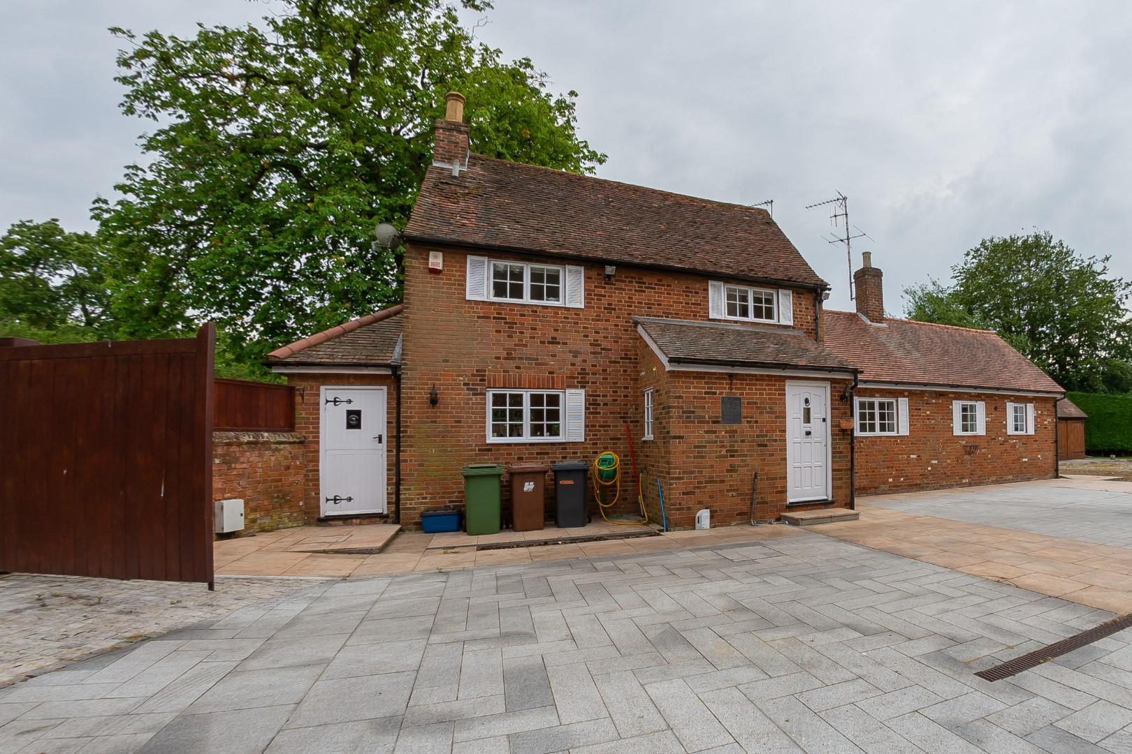 3 Bedroom Chestnut Cottage, Bentley Heath, Barnet